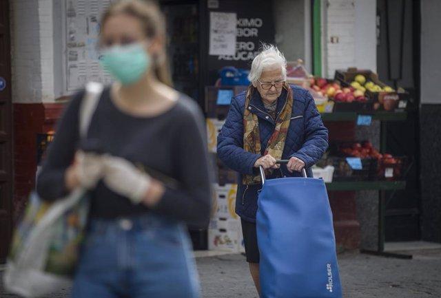 Les persones d'edat avançada són un dels col·lectius que atén el tercer sector (Arxiu)