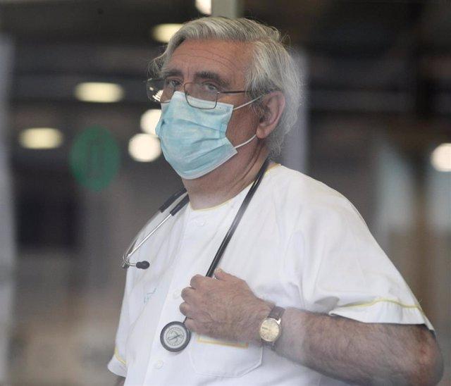 Un miembro del personal sanitario trabaja en IFEMA durante el tercer día de funcionamiento y primera fase del hospital provisional desplegado -por el momento- en los pabellones 5, 7 y 9 del recinto para atender a contagiados por coronavirus