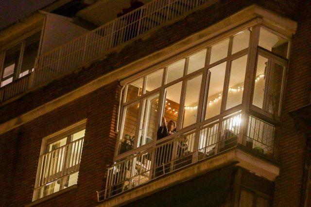 Aplausos por los sanitarios en los balcones de Madrid