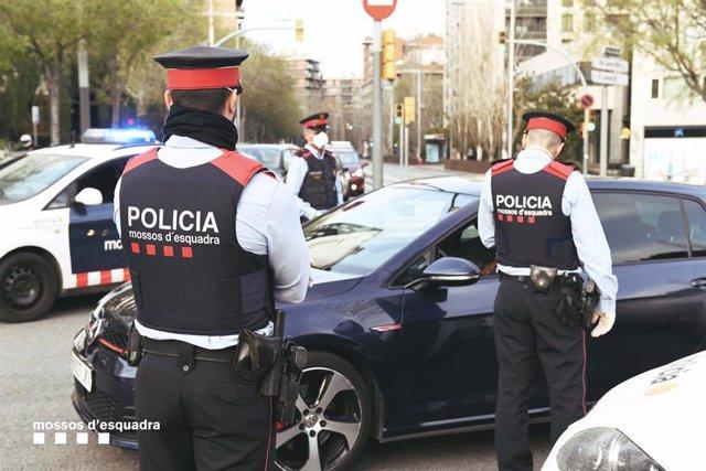 Els Mossos d'Esquadra despleguen controls per evitar desplaçaments a segones residències, des d'aquest divendres 20 de març de 2020.