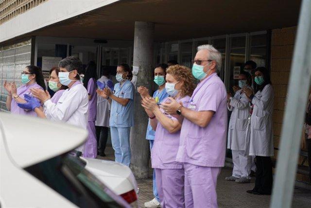 Trabajadores de Osakidetza (servicio vasco de salud)  del Hospital de Galdakao aplauden en recuerdo a la enfermera de 52 años fallecida por Covid-19 donde desarrollaba su labor profesional en la sexta planta. El aplauso, acompañado también de 5 minutos de