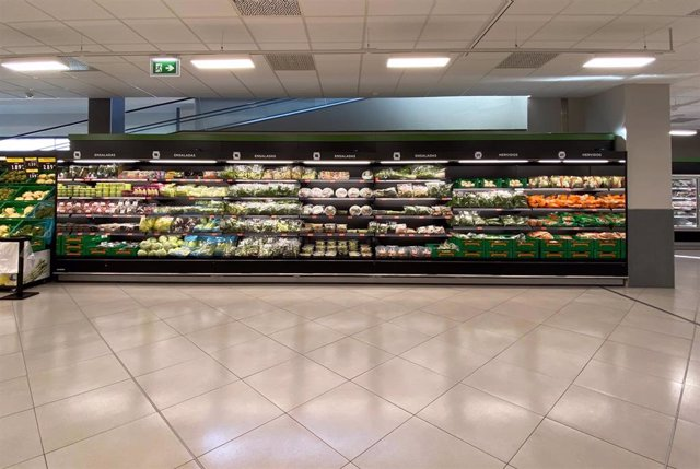 Sección de frutas y verduras en un supermercado
