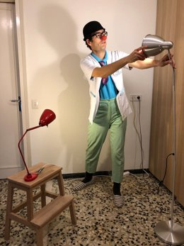 Un actor de la compañía y ONG Pallapupas, preparando un vídeo para la serie desde su casa