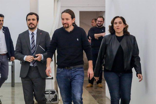 (I-D) El ministro de Consumo, Alberto Garzón,  el vicepresidente segundo del Gobierno, Pablo Iglesias, y la alcaldesa de Barcelona, Ada Colau, durante un acto de Unidas Podemos celebrado en Madrid el 22 de febrero