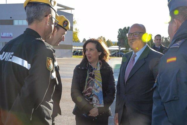 La ministra de Defensa, Margarita Robles, junto a miembros de la Unidad Militar de Emergencias (UME)