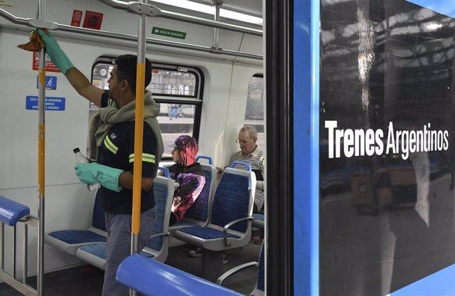 Un empleado limpia un vagón de un tren en Buenos Aires (Argentina)