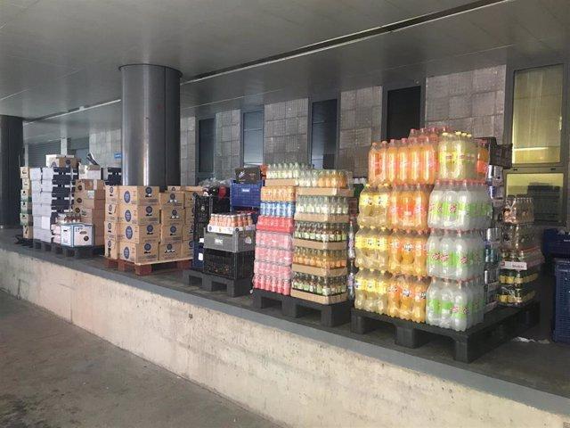 Cajas recogidas en el primer día de la campaña puesta en marcha por la Asociación de Hosteleros de León para donar bebidas al Hospital de León.
