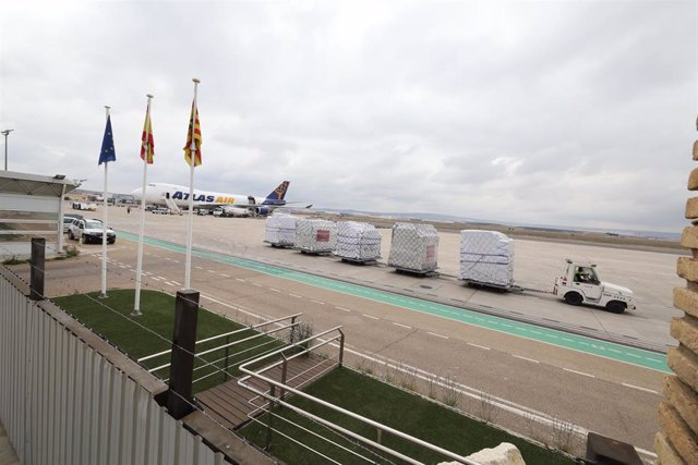 Cargamento del avión  que ha aterrizado en Zaragoza con mascarillas quirúrgicas y buzos de protección donados por Inditex