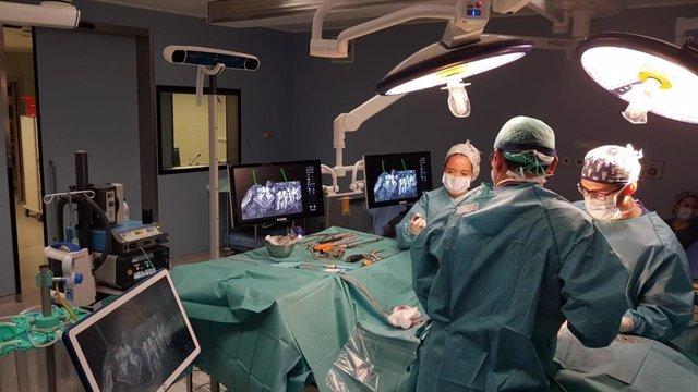 El Hospital Universitario Rey Juan Carlos realiza con éxito su primera artrodesis lumbar multinivel en el quirófano híbrido con neuronavegador