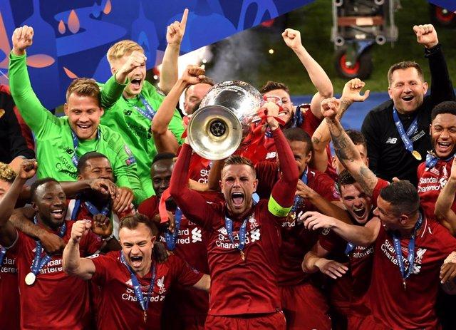 Fútbol.- La UEFA pospone las finales de la Champions y la Europa League