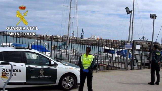 La Guardia Civil, con el velero interceptado en Melilla