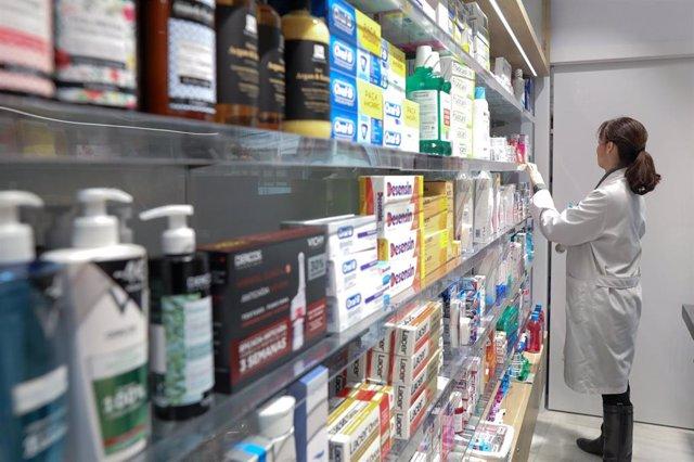 Imagen de un estante de una farmacia con medicamentos.