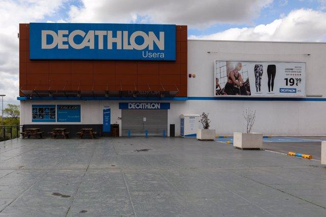 Fachada de una de las tiendas Decathlon de España ubicada en el barrio madrileño de Usera totalmente cerrada tras la declaración del estado de alarma.
