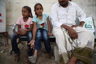 Arwa, herida en un bombardeo,  y su hermana