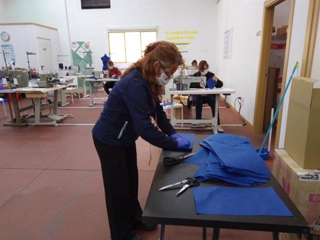 """La Diputación de Málaga y """"la Caixa"""" comienzan a fabricar mascarillas para los profesionales sanitarios y de centros y residencias para lo que contratan a 25 personas en riesgo de exclusión social"""