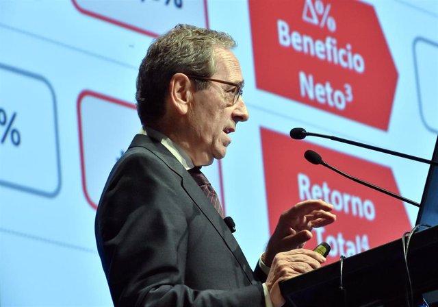 El presidente de Kutxabank, Gregorio VIllalabeitia, en la presentación del balance en Vitoria.