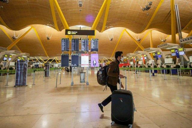 Paneles luminosos de la información de los vuelos en el Aeropuerto Madrid-Barajas Adolfo Suárez,