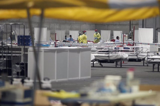 Pacientes contagiados con coronavirus son atendidos en el pabellón 5 de IFEMA durante el tercer día de funcionamiento y primera fase del hospital provisional desplegado