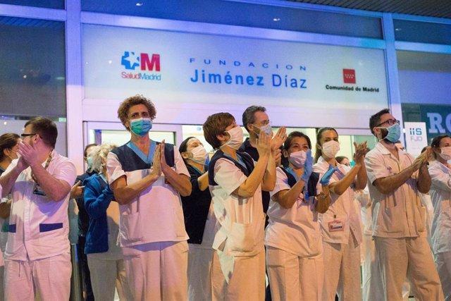 Homenaje a los Servicios Sanitarios y Policías que tiene lugar cada día a las 20:00 horas en la puerta del Hospital Universitario Fundación Jiménez Díaz como agradecimiento a su labor en la lucha contra el coronavirus. En Madrid (España) a 23 de marzo de