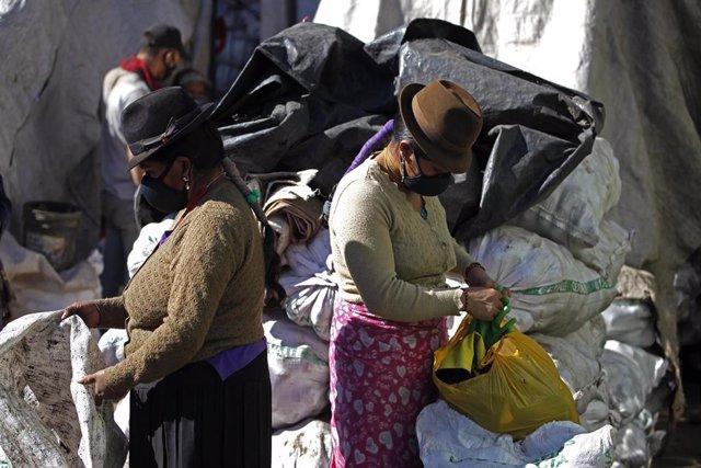 Mujeres con mascarillas por el coronavirus en Quito