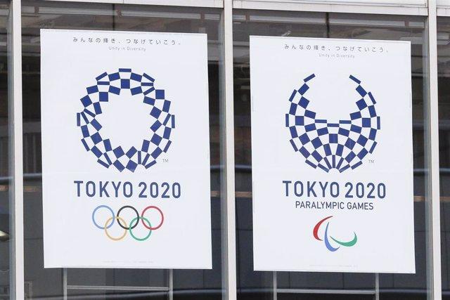 Vista general de los logos de los Juegos Olímpicos y Paralímpicos de Tokio situados en la capital japonesa