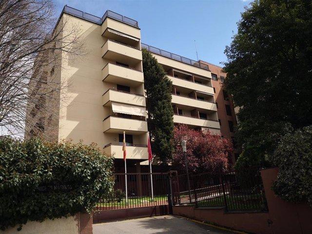 Fachada de la Residencia para Mayores Casasolar, ubicada junto al Puente de los Franceses, donde previsiblemente durante la jornada de hoy, los militares de la UME llevarán a cabo tareas de desinfección