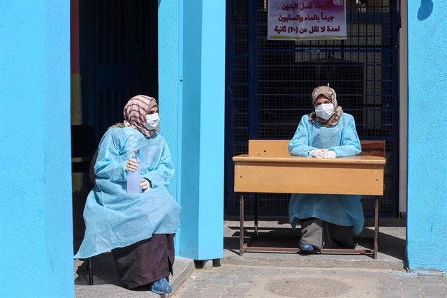 Personas de la UNRWa recibe a pacientes en una escuela de la Franja de Gaza