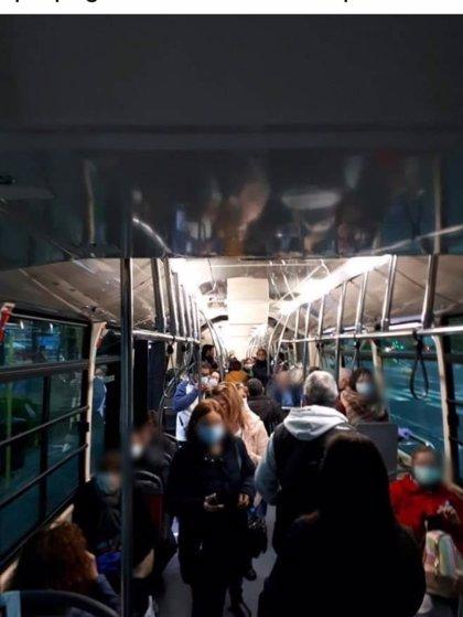 """Coronavirus.- ASC avisa de """"hacinamiento"""" en los buses de Tussam y la empresa esgrime los límites de viajeros"""