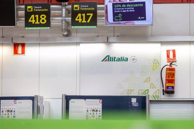 Stand de Alitalia en el aeropuerto Adolfo Suarez-Madrid Barajas tras anunciar este martes el Consejo de Ministros la prohibición de vuelos directos entre Italia y los aeropuertos españoles como medida para contener la expansión del coronaviru