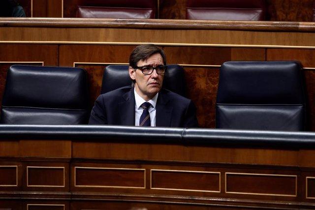 El ministro de Sanidad, Salvador Illa, durante la intervención del presidente del Gobierno, Pedro Sánchez, para explicar la declaración del estado de alarma y las medidas para paliar las consecuencias de la pandemia provocada por el coronavirus