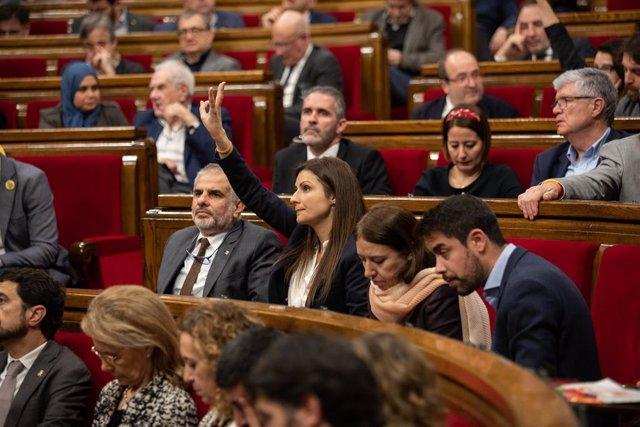 Els diputats de Ciudadanos Carlos Carrizosa (1i); i la portaveu, Lorena Roldán (2i), durant la votació en un Ple del Parlament de Catalunya, en la mateixa jornada en la qual la Taula ha assumit la cessió de Torra com a diputat, a Barcelona (Espanya), a 2