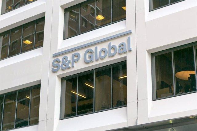Logo de S&P Global en la fachada de sus oficinas.