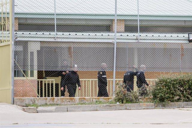 Efectivos de la UME se despliegan en la Prisión de Soto del Real para desinfectar las instalaciones y evitar así la expansión del coronavirus, en Soto del Real, Madrid (España), a 20 de marzo de 2020.