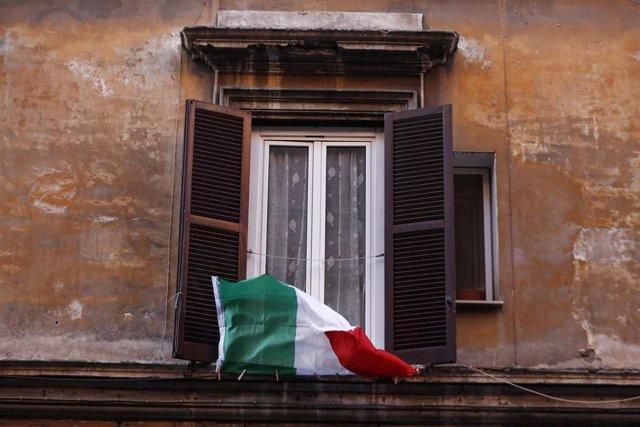Una bandera de Italia en una ventana.