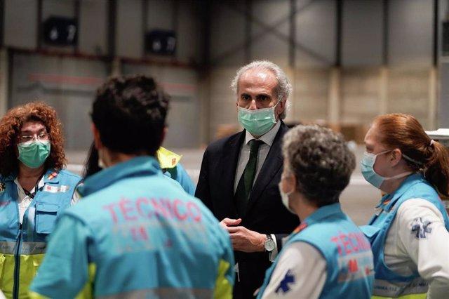 El consejero de Sanidad, Enrique Ruiz Escudero, conversa con profesionales sanitarios desplegados en Ifema.