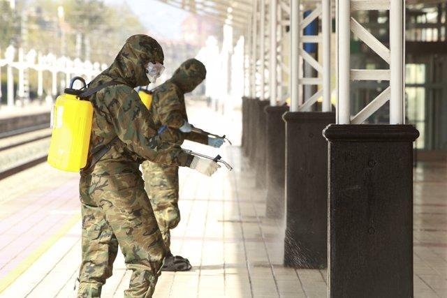 Unidades del Ejército efectuan los trabajos de desinfección en la estación de tren de Vitoria-Gasteiz para prevenir contacions por coronavirus en Vitoria