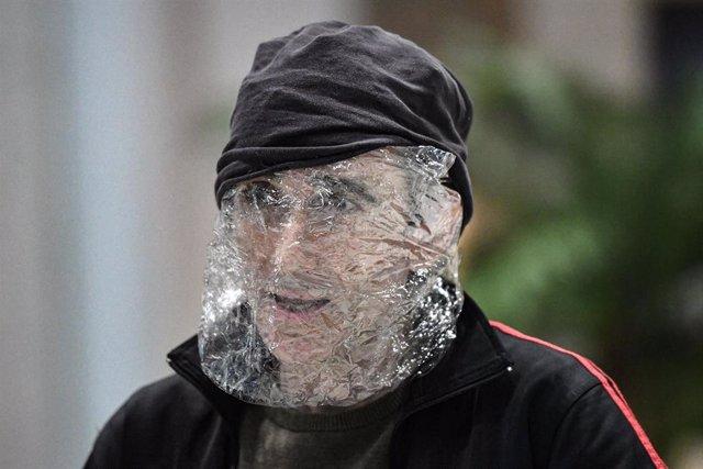 Un hombre con un plástico en Brisbane: