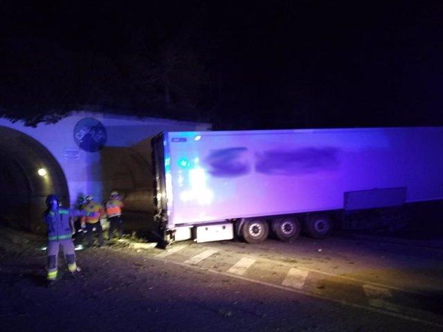 Un camionero muere en un accidente de tráfico al salirse de la vía en la AP-7, a la altura de L'Ametlla de Mar (Tarragona), y es primera víctima de tráfico en Catalunya desde la activación del estado de alarma por el coronavirus.