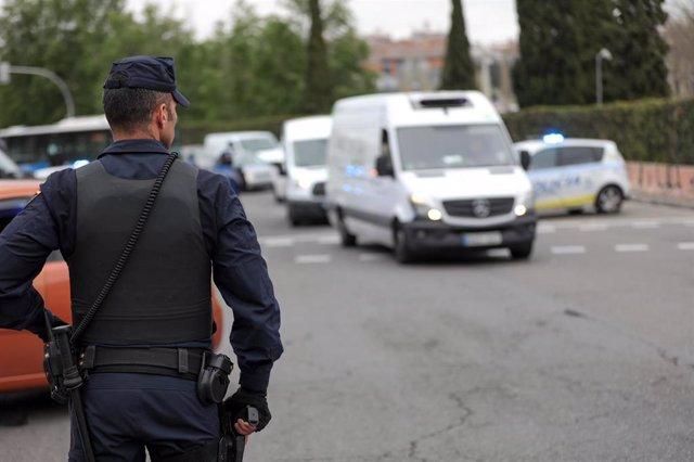 Un agente de la Policía Nacional en un control policial en la Glorieta del Marqués de Vadillo