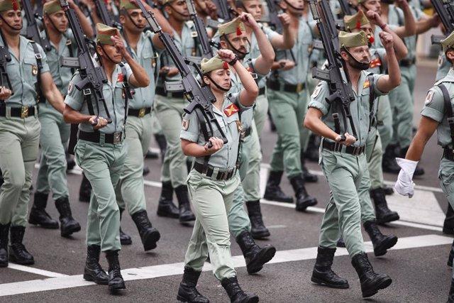 Un grupo de militares miembros de la Legión desfila durante los actos del 12 de Octubre en Madrid, Día de la Hispanidad