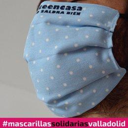 Una muestra de mascarilla solidaria como las que se confeccionan en Valladolid.