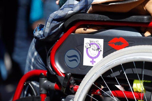 Una mujer en silla de ruedas durante la manifestación feminista en la Puerta del Sol con motivo del 8-M
