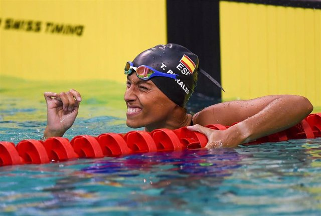 La nadadora española Teresa Perales celebra una medalla durante una competición
