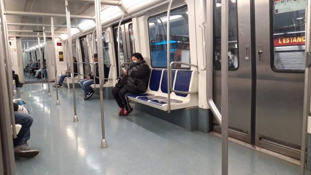 Un vagón del Metro de Barcelona la segunda semana de confinamiento por el coronavirus