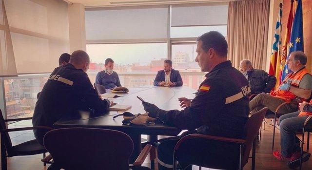 Reunión del alcalde de Badalona (Barcelona), Álex Pastor, con efectivos de la Unidad Militar de Emergencias (UME).