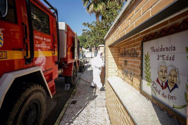 Un militar de la UME totalmente protegido entra en la Residencia de ancianos Edad de Oro ubicada en el pueblo madrileño El Álamo