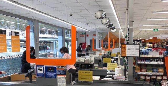 Consum completa la instalación de mamparas en las cajas de todos sus supermercados como protección ante el COVID-19