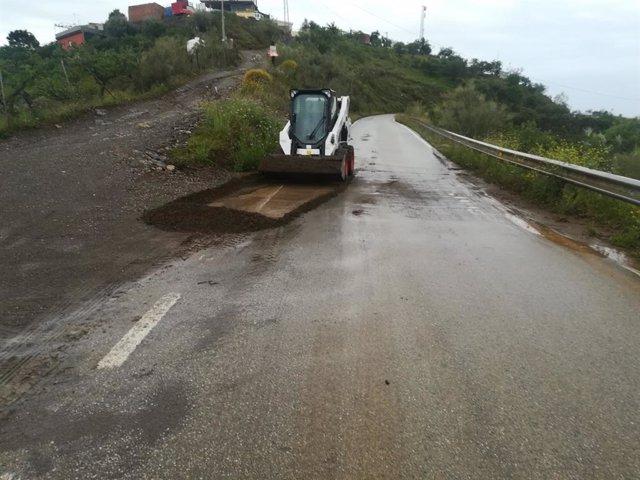 Carretera en la que trabajan efectivos de la Diputación de Málaga ante los desprendimientos por las lluvias