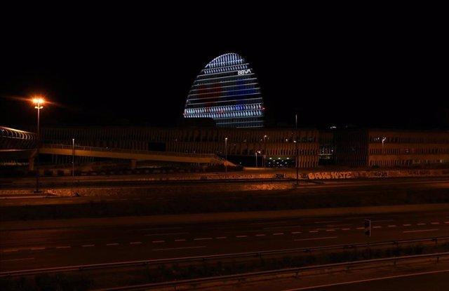 BBVA ha iluminado el emblemático edificio de La Vela, ubicado en su sede corporativa de Madrid, como muestra de apoyo hacia los profesionales que luchan día a día para hacer frente al coronavirus Marzo de 2020