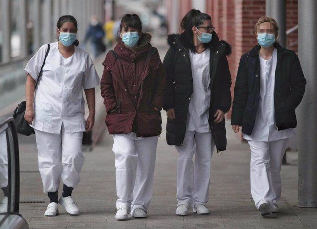 Cuatro trabajadoras sanitarias protegidas con mascarilla acuden a Ifema